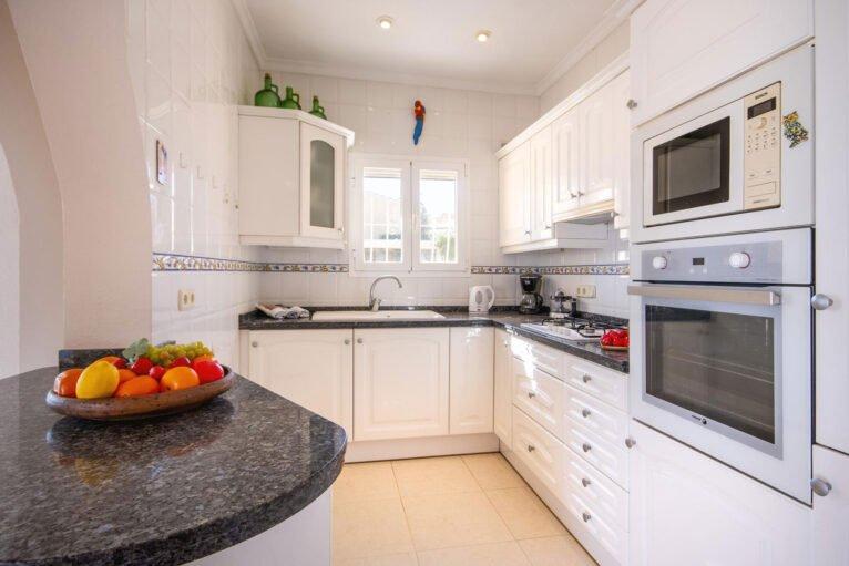 Cocina de una casa de alquiler de vacaciones en Benitachell - Aguila Rent a Villa