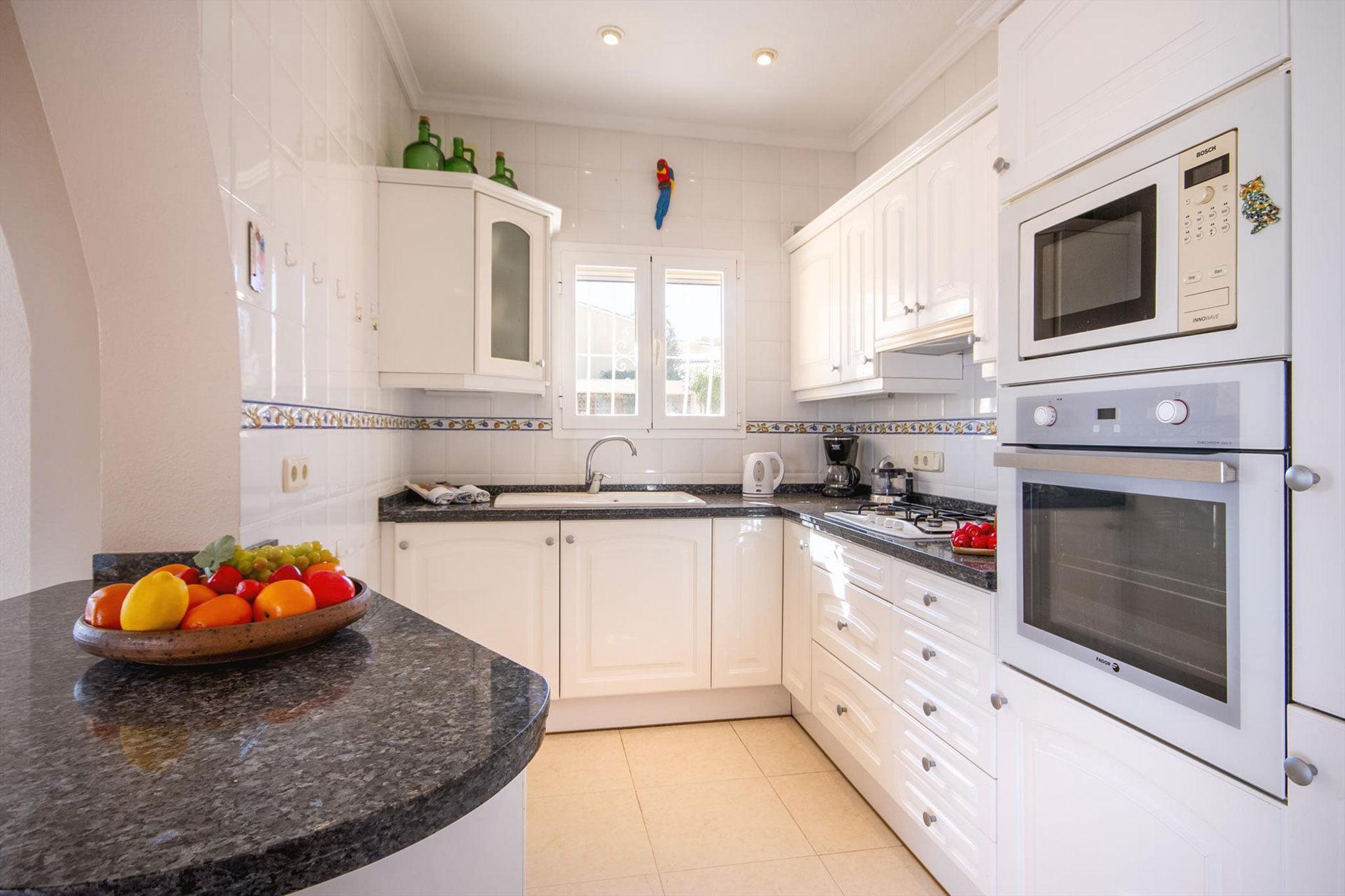 Cocina de una casa de alquiler de vacaciones en Benitachell – Aguila Rent a Villa