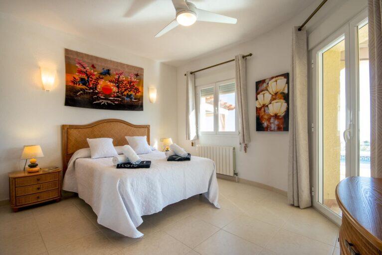 Dormitorio de una casa de alquiler de vacaciones en Benitachell - Aguila Rent a Villa