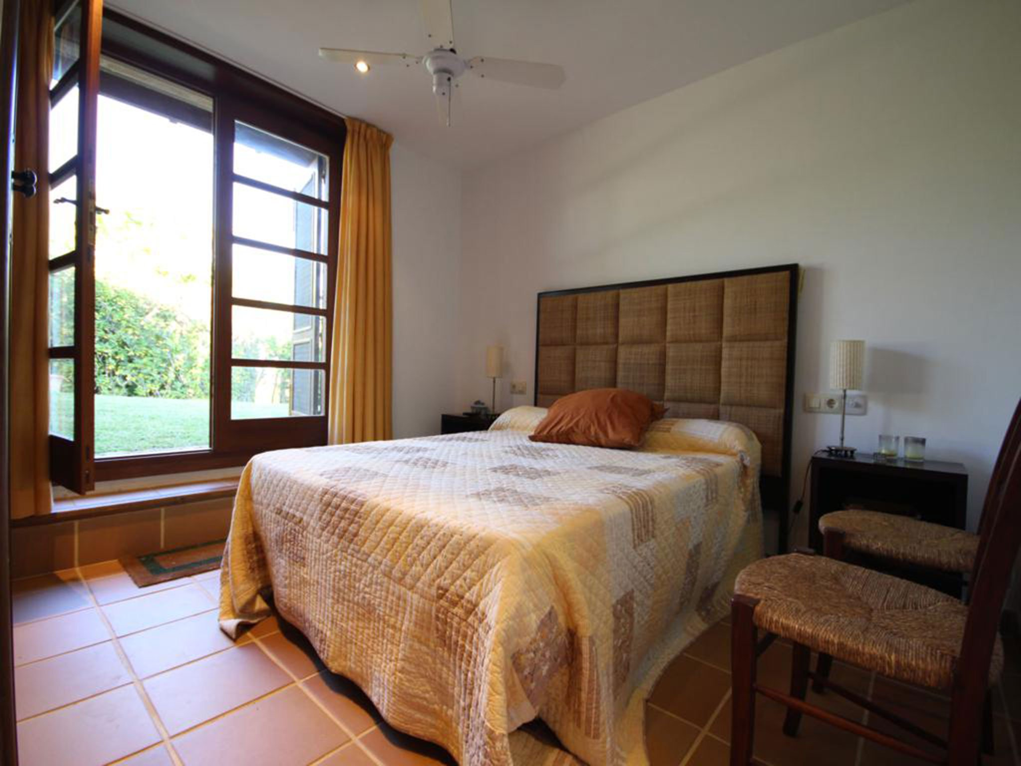Dormitorio de una villa mediterránea en venta en Jávea con vistas al mar – Atina Inmobiliaria