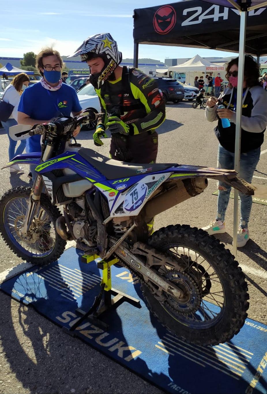 El xabiero junto a la moto