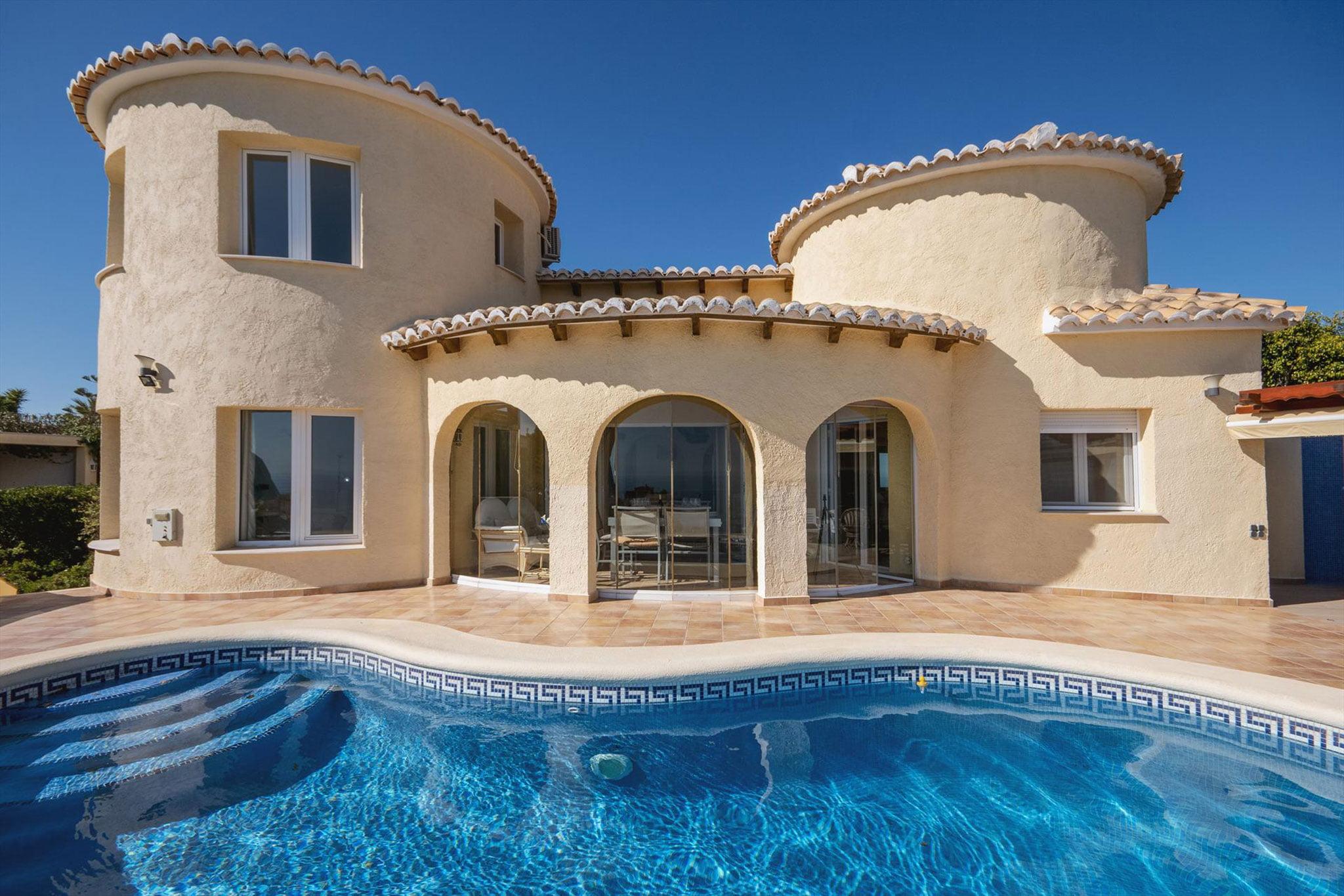 Fachada de una casa de alquiler de vacaciones en Benitachell – Aguila Rent a Villa