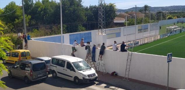Imagen: Familiares viendo el partido desde el exterior del campo