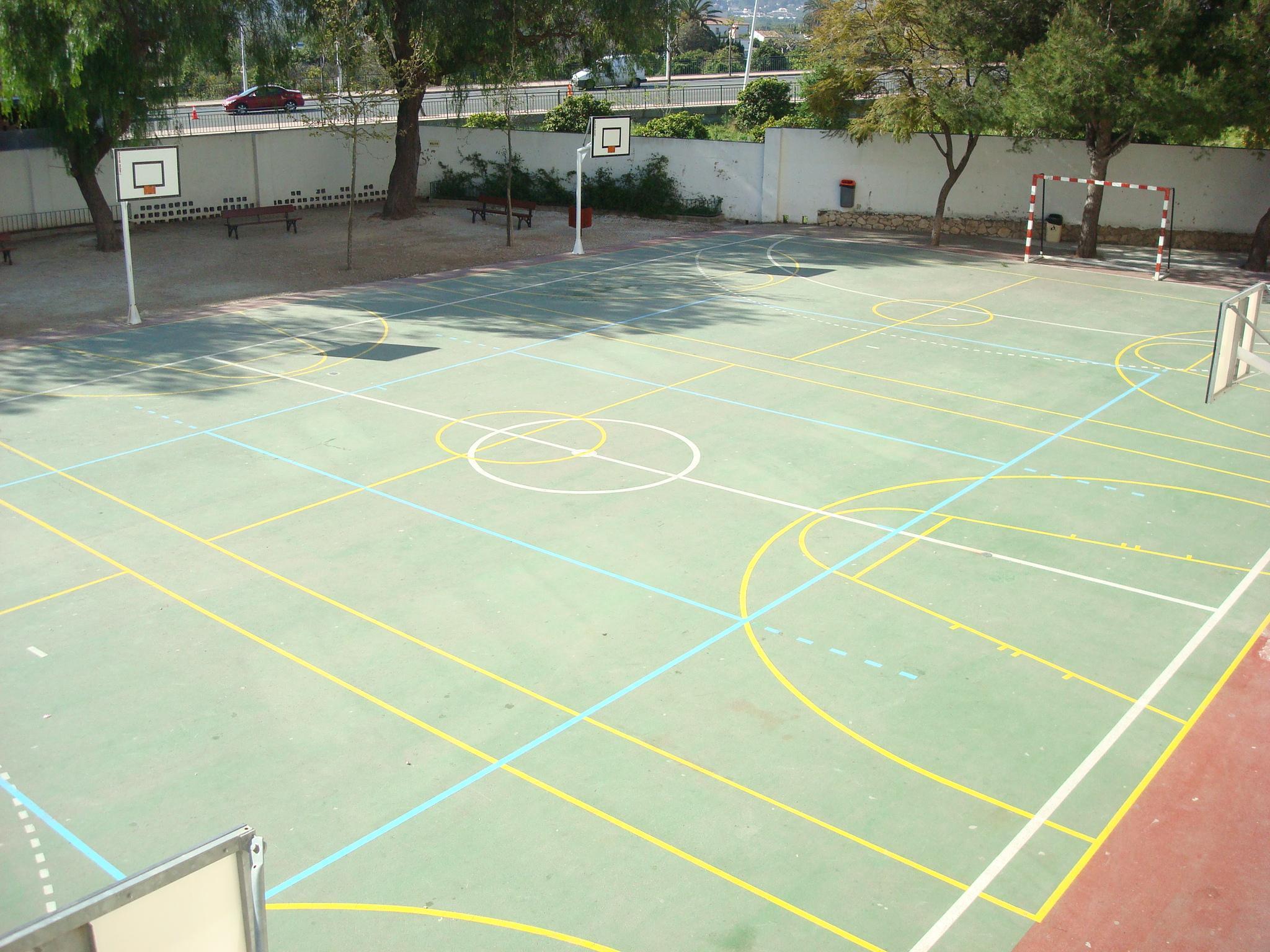 Pista deportiva del colegio Mediterrània