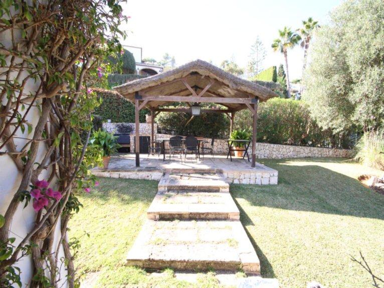 Jardín de una villa mediterránea en venta en Jávea con vistas al mar - Atina Inmobiliaria