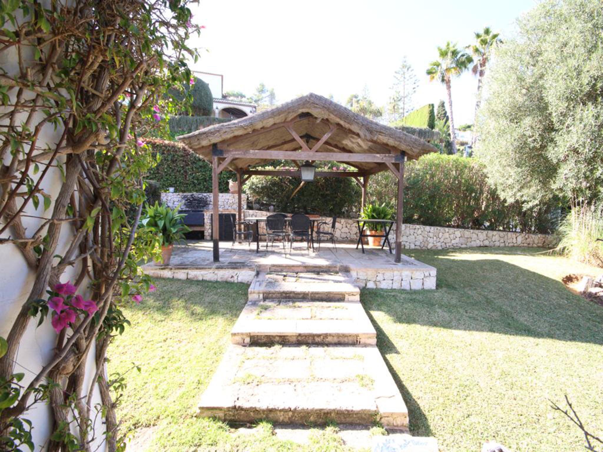 Jardín de una villa mediterránea en venta en Jávea con vistas al mar – Atina Inmobiliaria