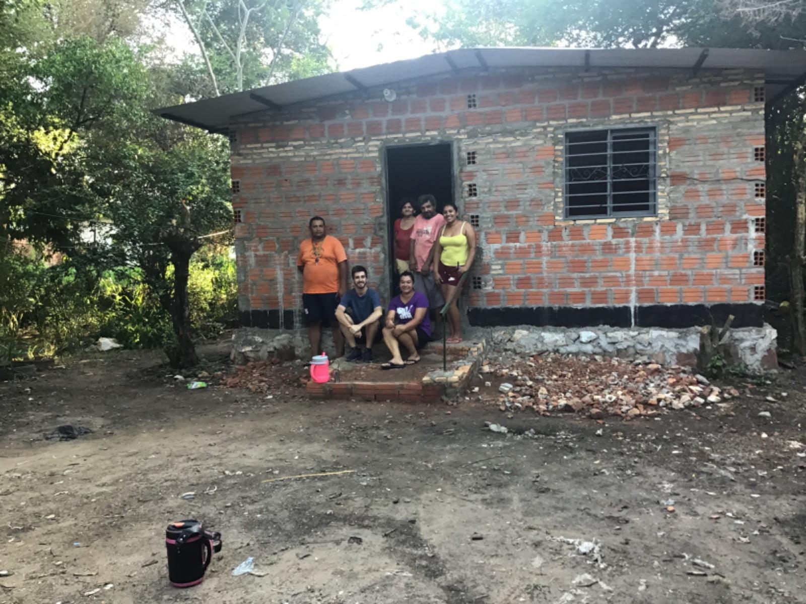 José Antonio con la familia en la nueva casa