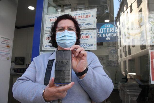 Imagen: La premiada muestra su boleto