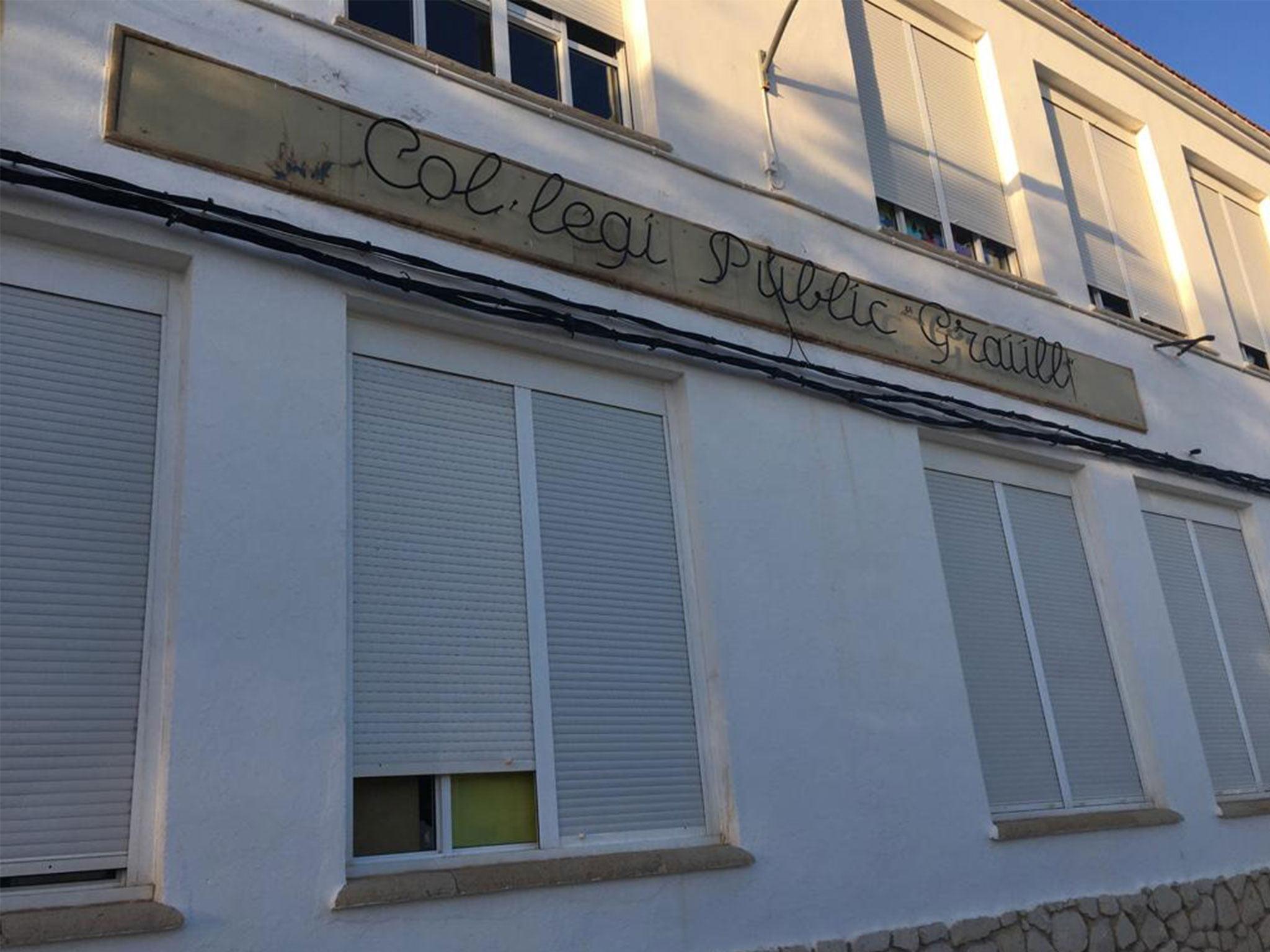 Nombre del Colegio Graüll en la fachada