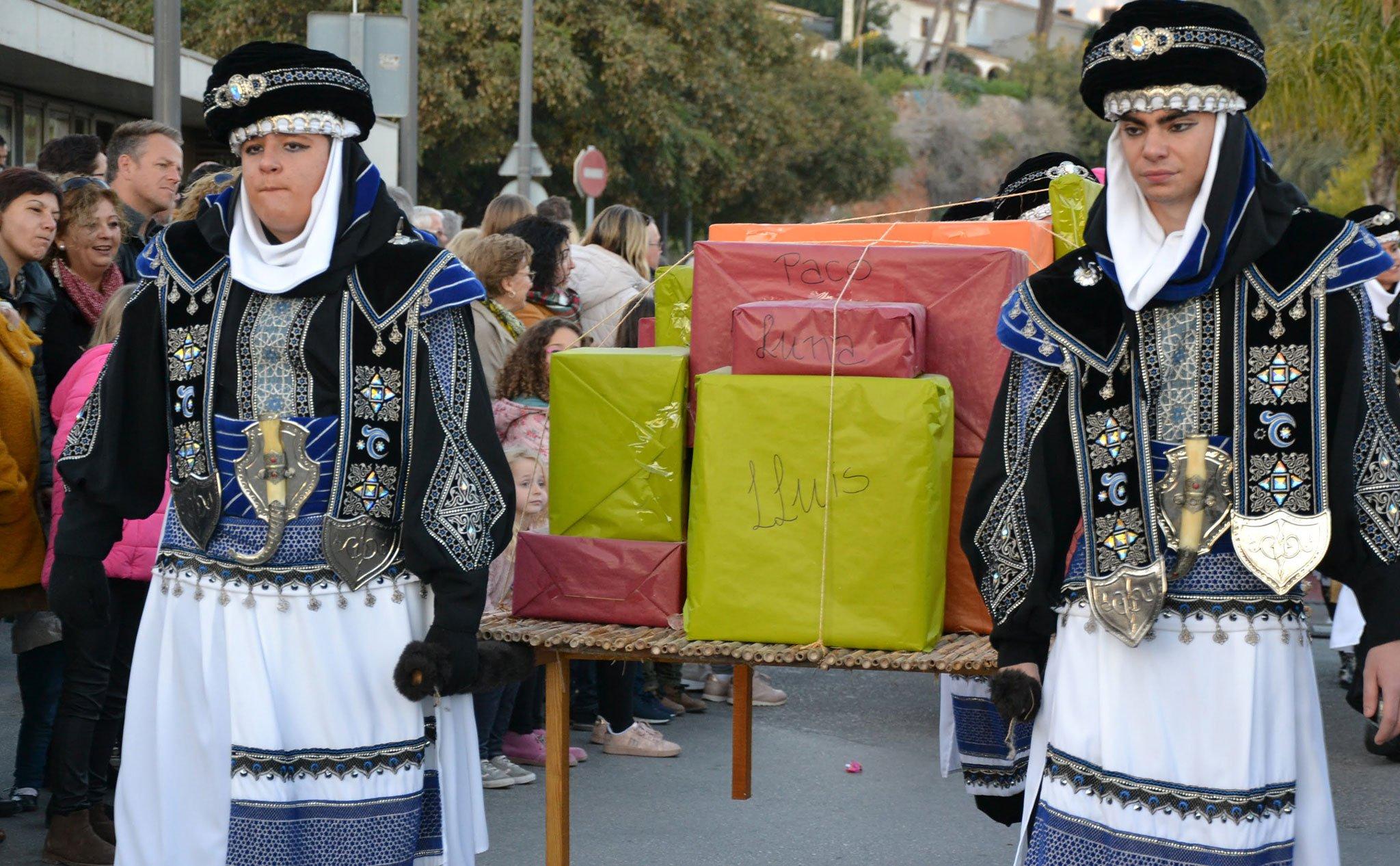 Pajes con los regalos en la Cabalgata de Reyes de Jávea