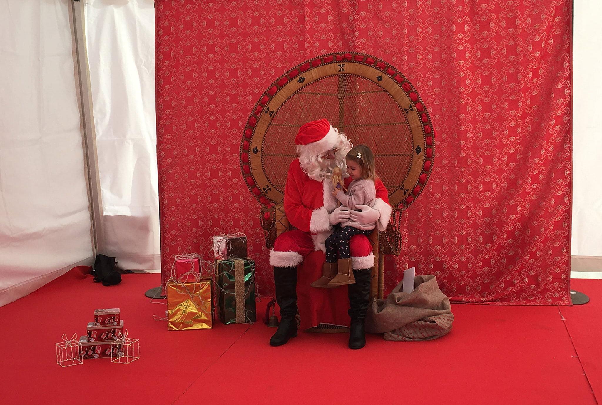 Papá Noel conversa con una niña en el Port de Xàbia