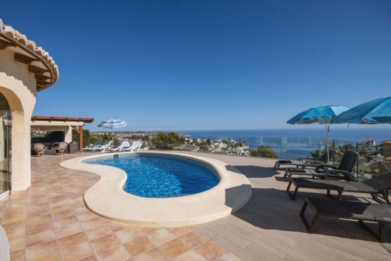 Piscina de una casa de alquiler de vacaciones en Benitachell - Aguila Rent a Villa