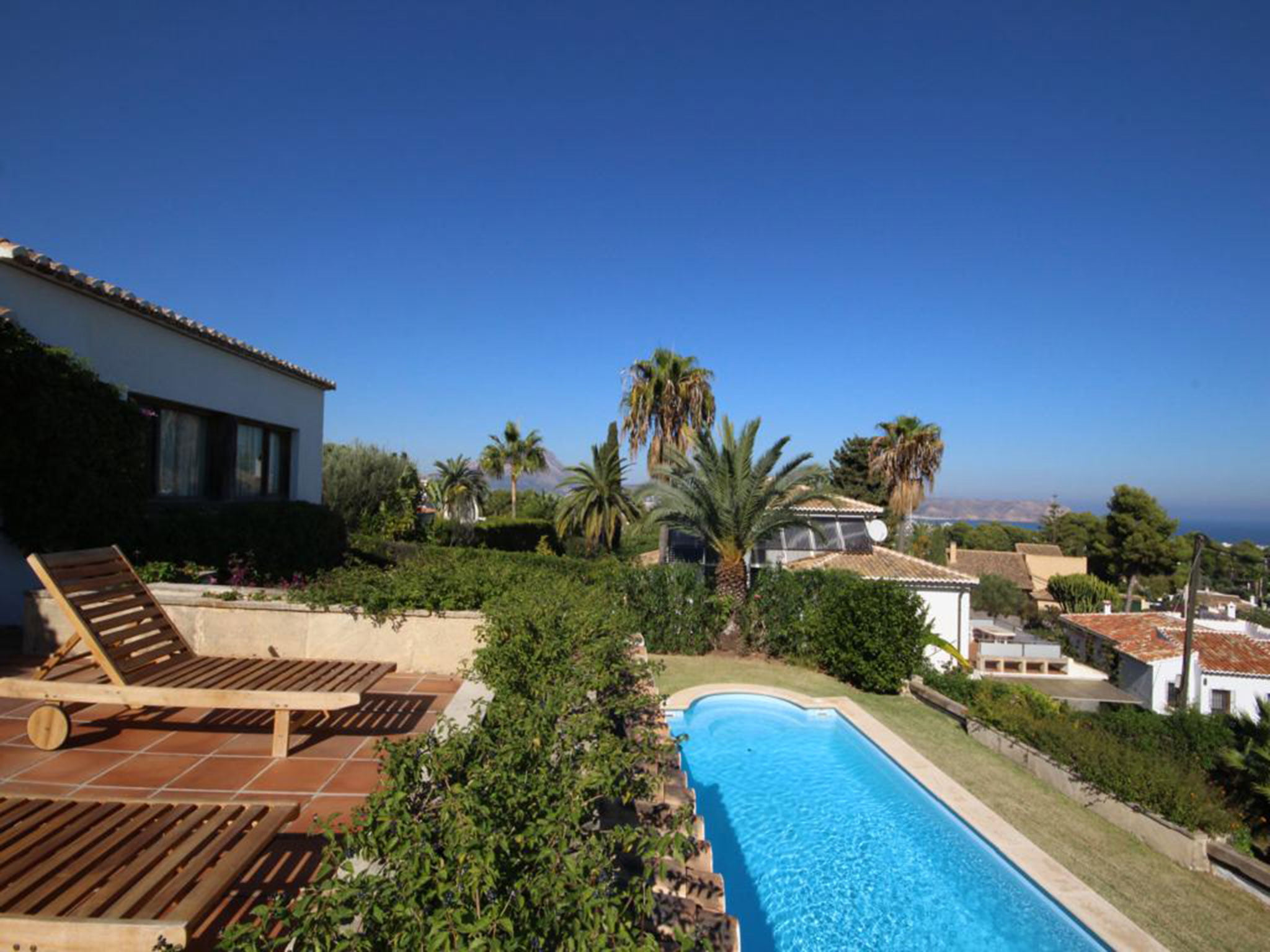 Piscina de una villa mediterránea en venta en Jávea con vistas al mar – Atina Inmobiliaria