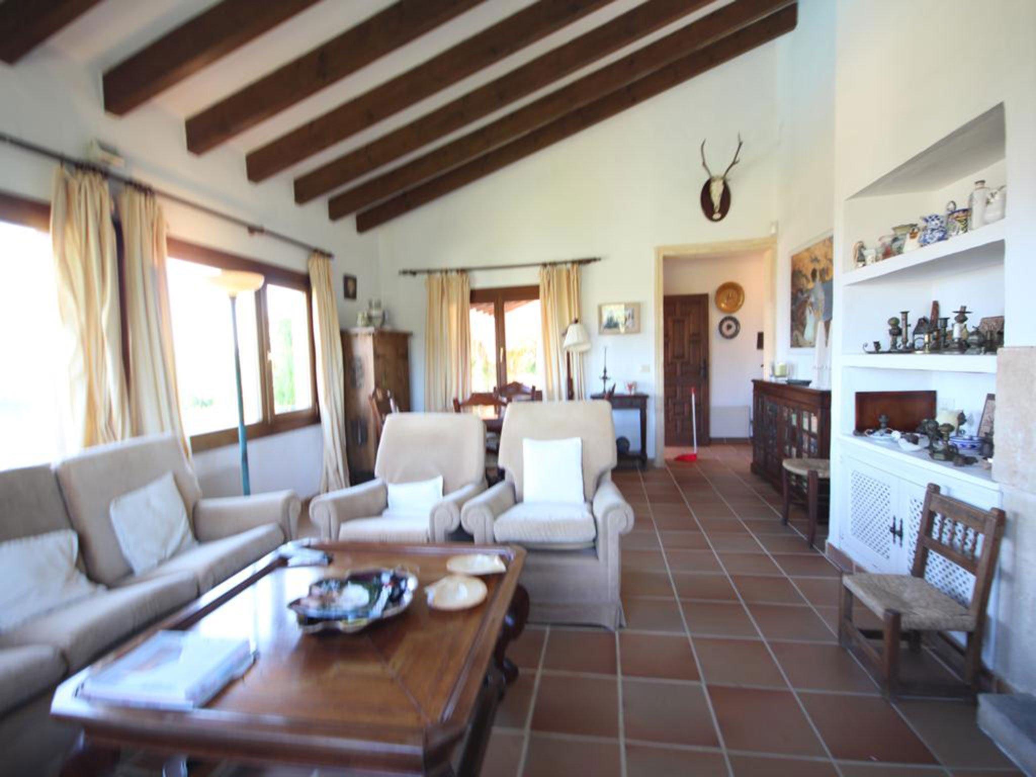 Salón de una villa mediterránea en venta en Jávea con vistas al mar – Atina Inmobiliaria