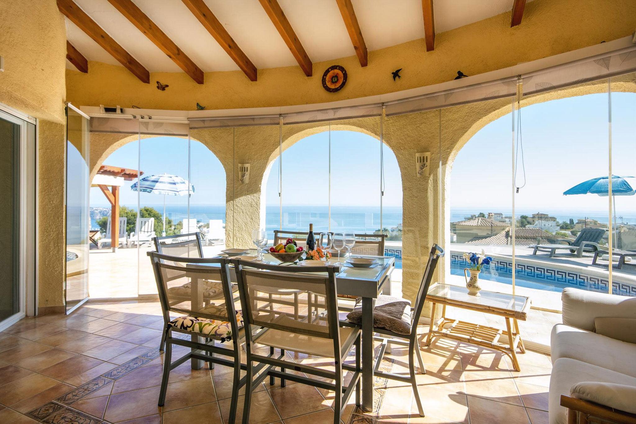 Terraza acristalada en una casa de alquiler de vacaciones en Benitachell – Aguila Rent a Villa