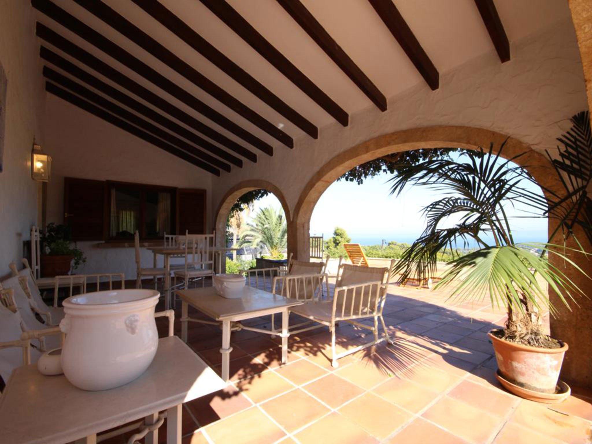 Terraza de una villa mediterránea en venta en Jávea con vistas al mar – Atina Inmobiliaria