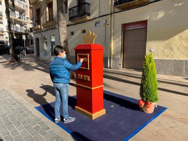 Imagen: Un niño entrega su carta a SS. MM. Los Reyes Magos
