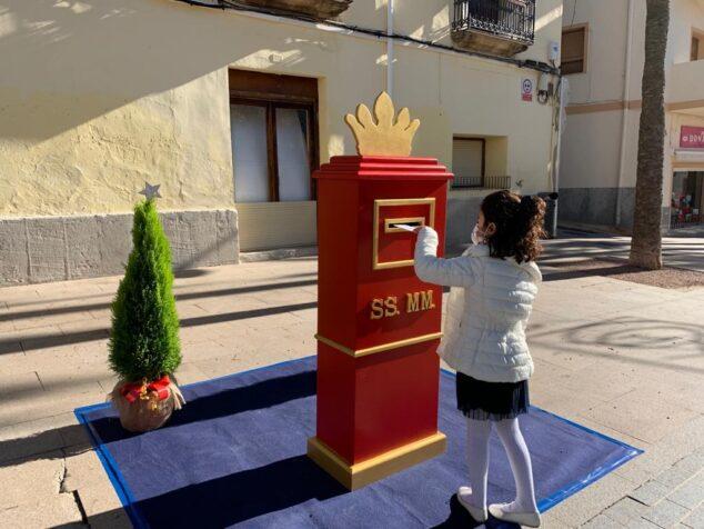 Imagen: Una niña deposita su carta en el buzón de los Reyes Magos de Oriente