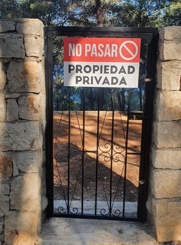 Imagen: Acceso cerrado a la Cala del Francés
