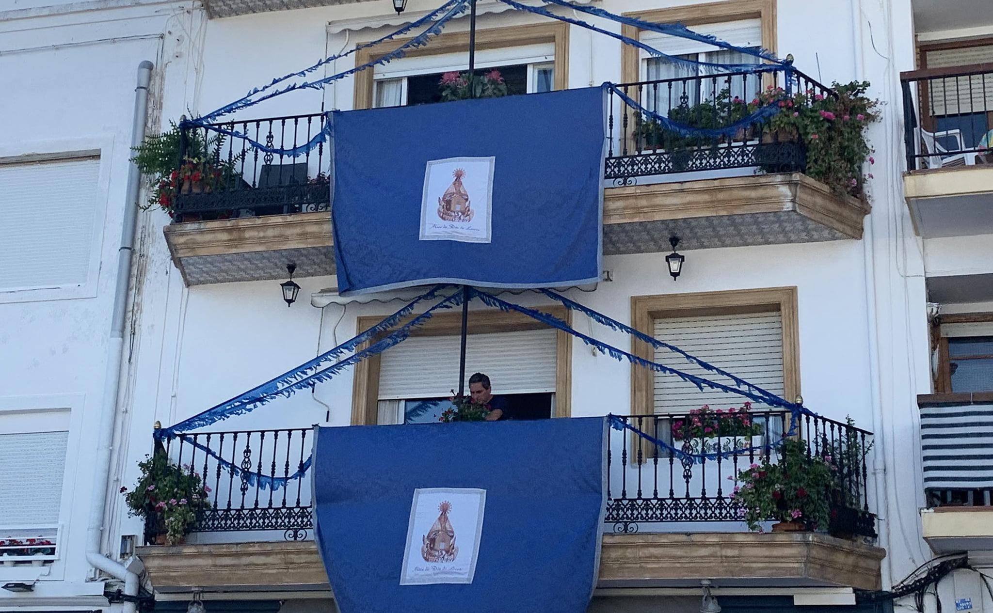 Balcones engalanados en Duanes de la Mar (Jávea), durante las fiestas de Loreto