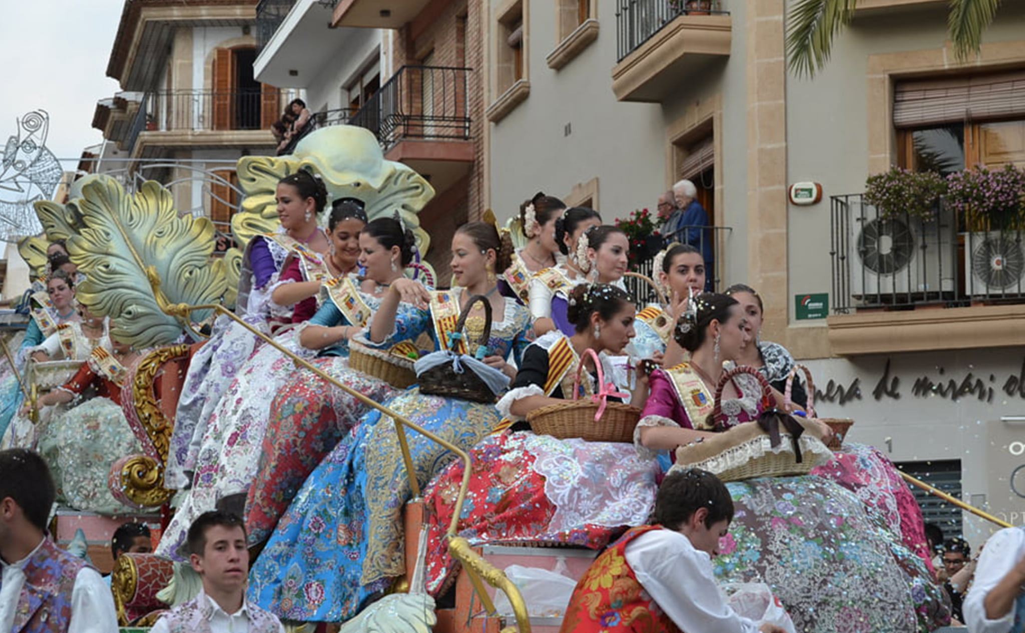 Cabalgata de carrozas en las fiestas de San Juan de Xàbia