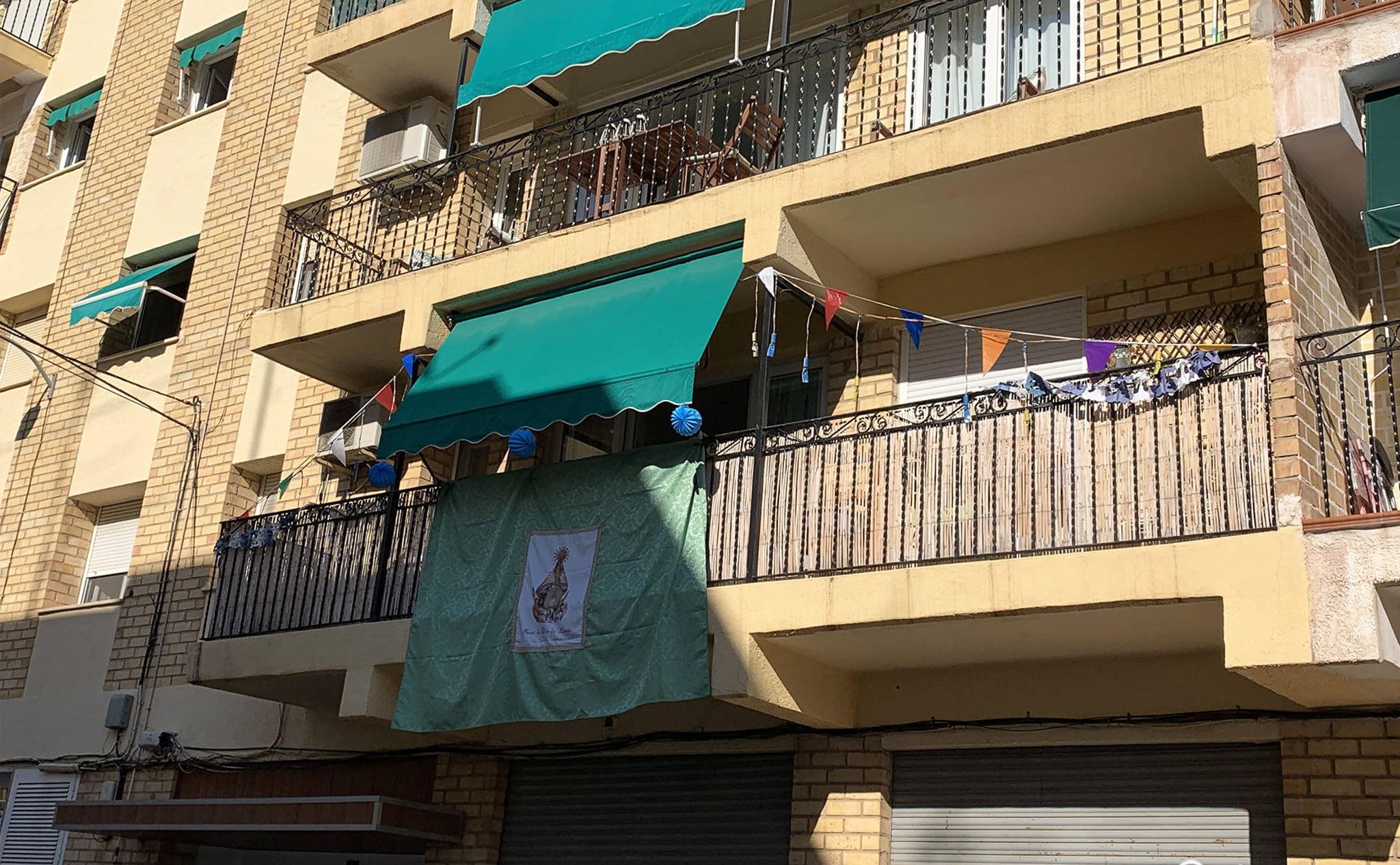 Engalanado de balcones en honor a las fiestas de Loreto de Jávea