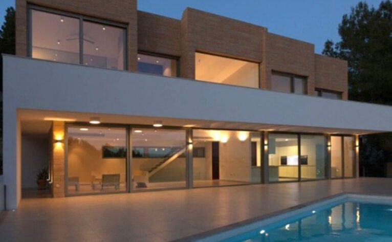 Fachada de una casa moderna en venta en Jávea - MORAGUESPONS Mediterranean Houses