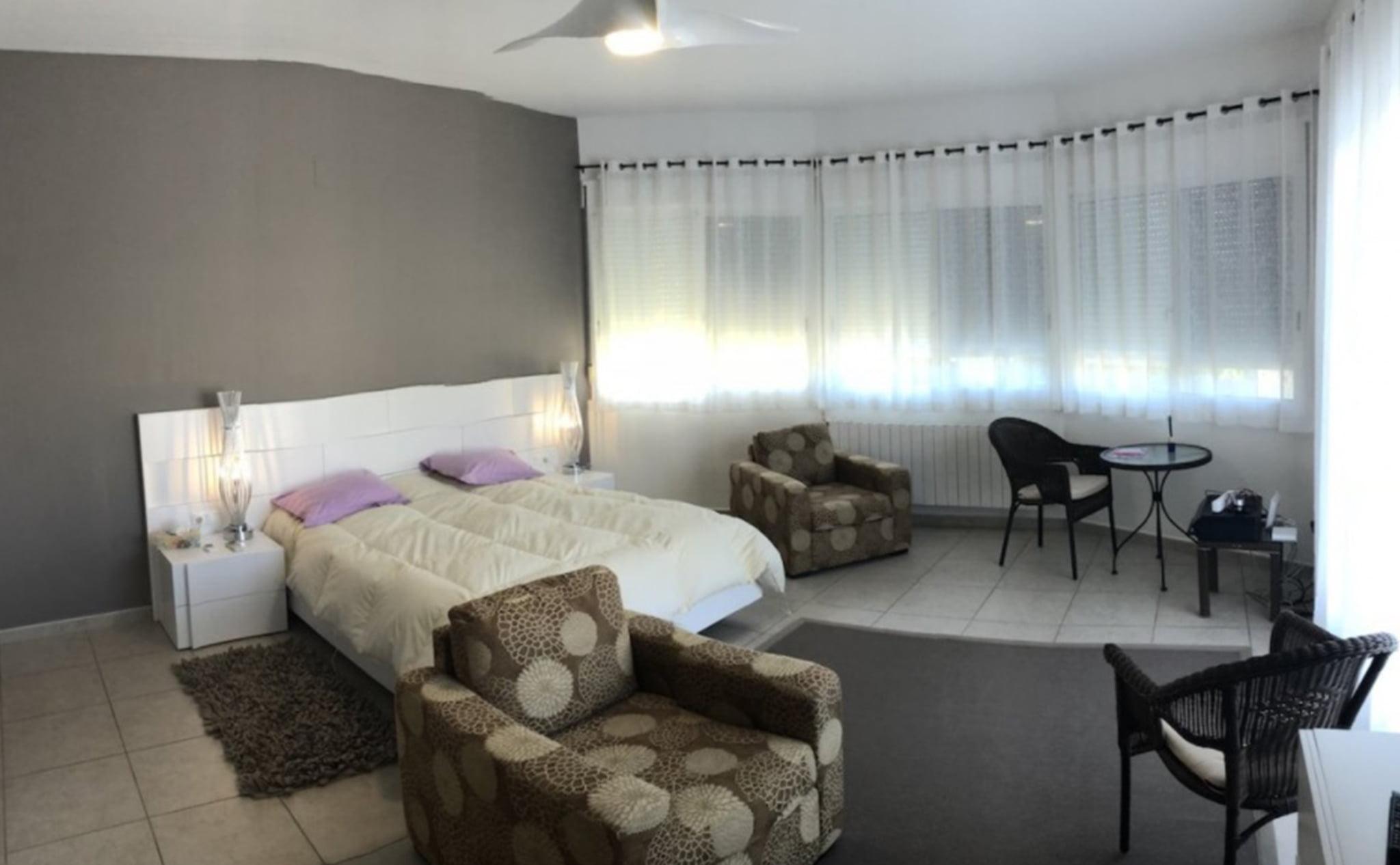 Una de las habitaciones de un chalet en venta cerca del Arenal en Jávea – Terramar Costa Blanca