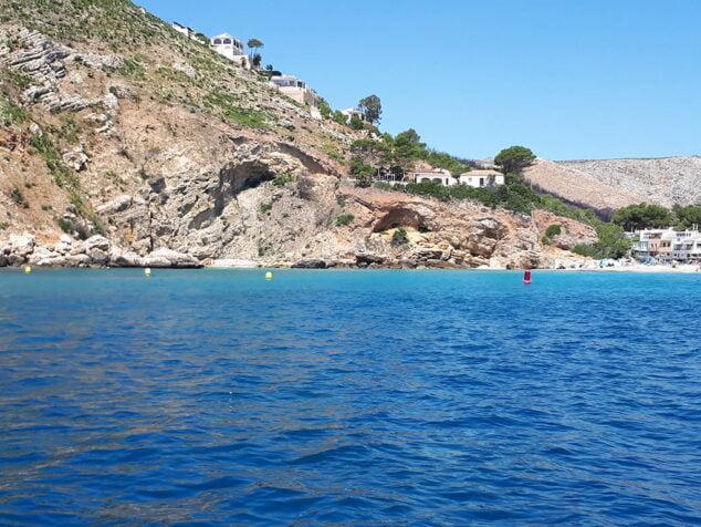Imagen: Línea de balizas en la costa de Xàbia
