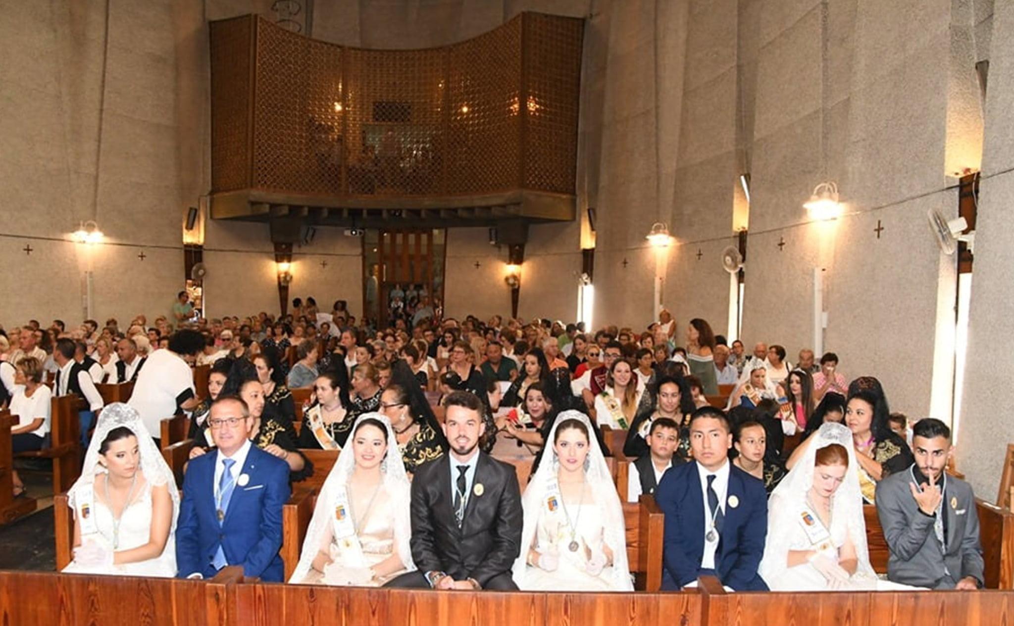 Mayorales y mayoralesas en al misa en honor a la Virgen del Loreto de Jávea