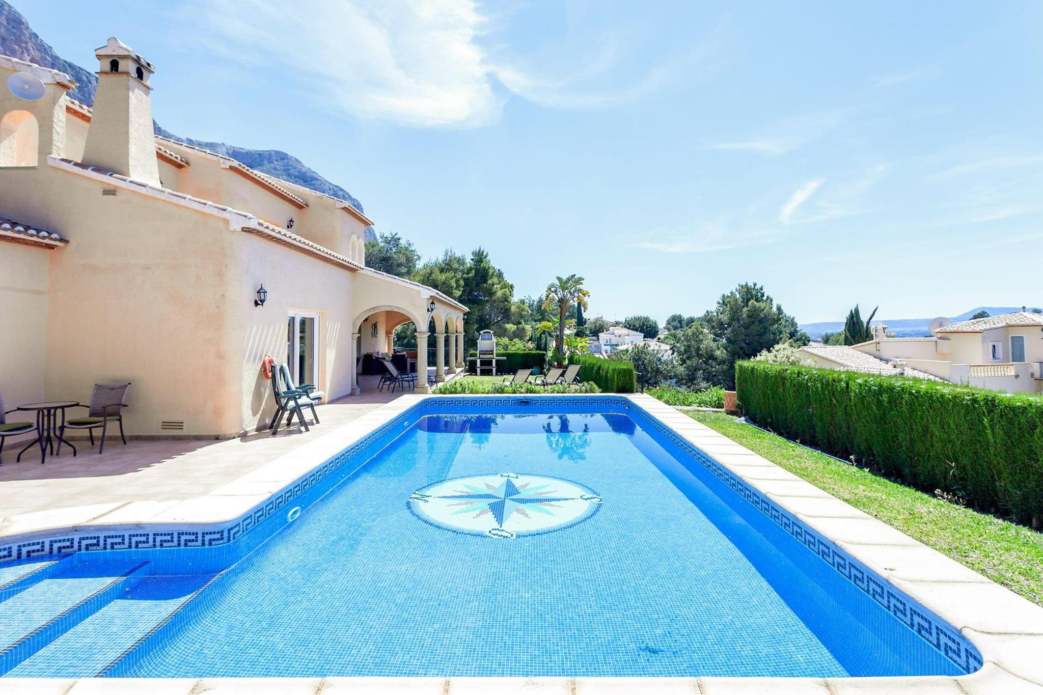 Piscina en un chalet de vacaciones para ocho personas en Jávea – Aguila Rent a Villa