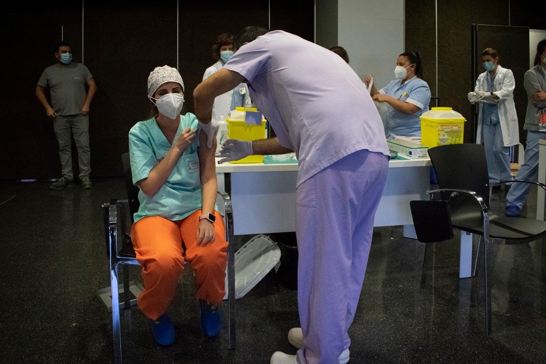 Primeros sanitarios vacunados en el hospital de Dénia