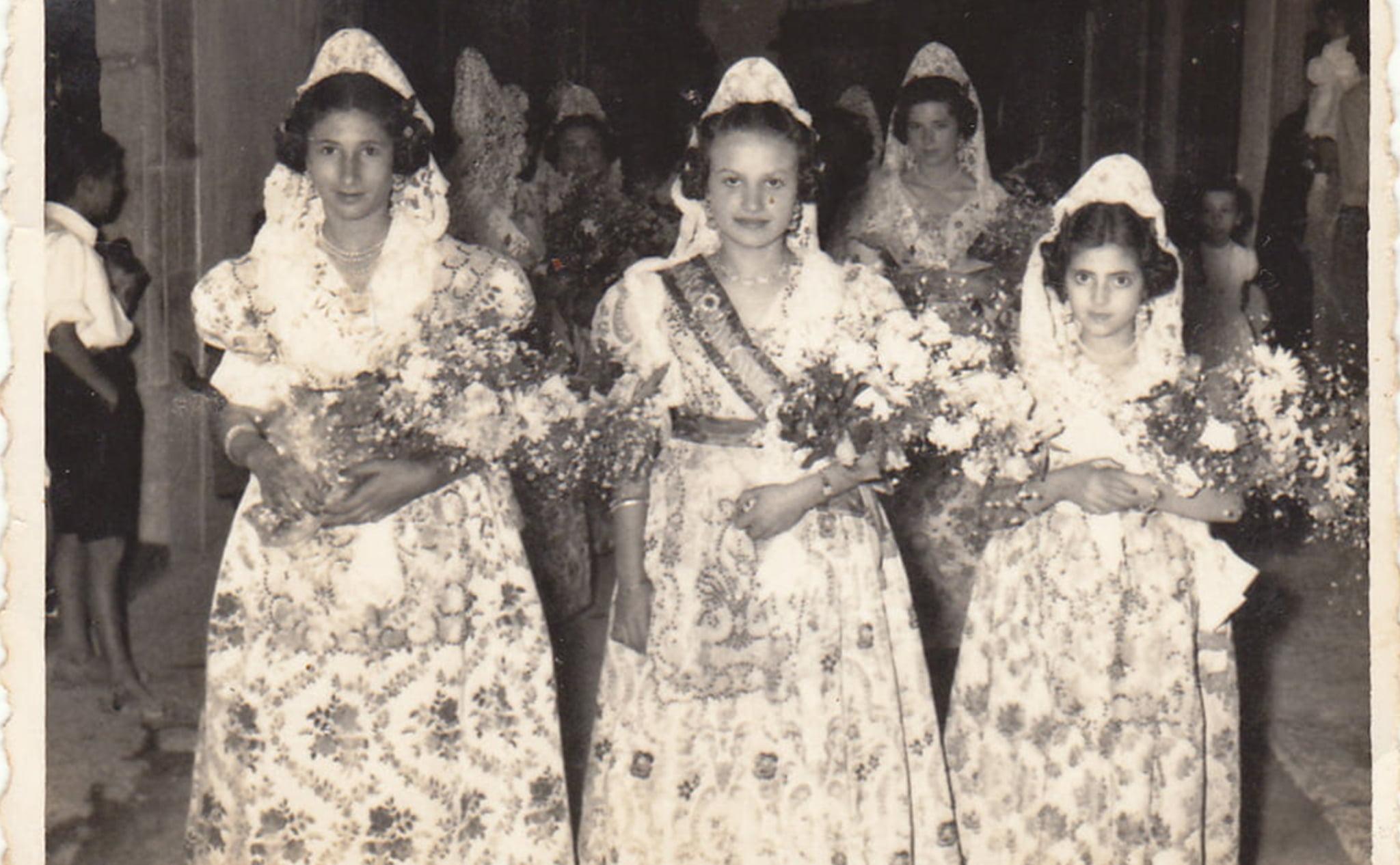 Reina y damas infantiles de las hogueras de San Juan en 1956
