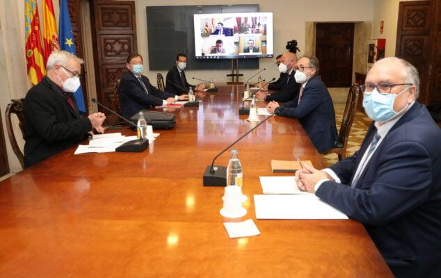 Imagen: Reunión de la Mesa Institucional para las ayudas paréntesis