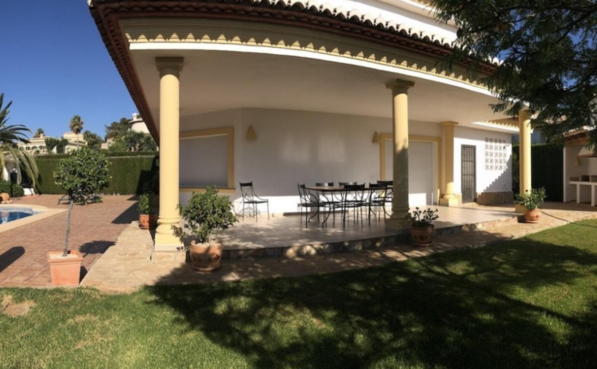 Terraza cubierta de un chalet en venta cerca del Arenal en Jávea – Terramar Costa Blanca