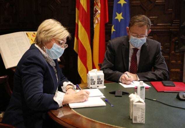 Imagen: Ximo Puig y Ana Barceló durante una reunión con los responsables sanitarios