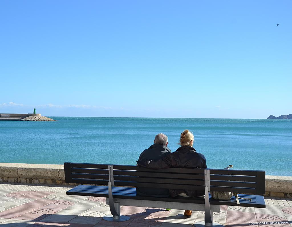 Una pareja contemplando la bahía de Xàbia