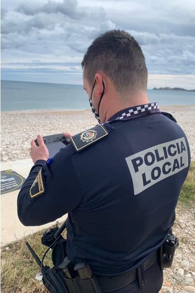Agente de Policía manejando el dron
