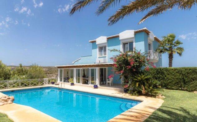 Imagen: chalet-venta-granadella-con-muebles-vicens-ash-properties
