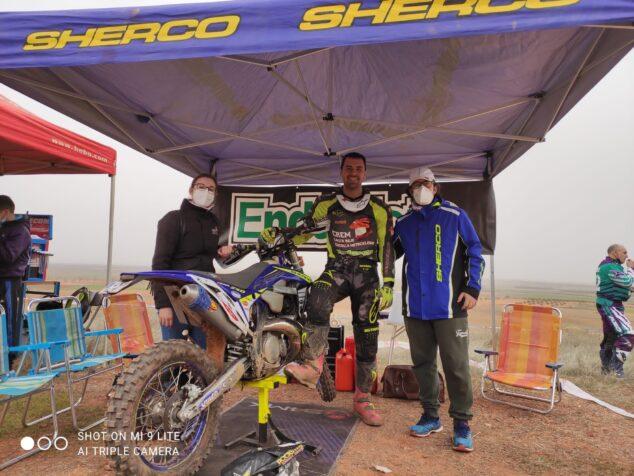 Imagen: Cristóbal Cholbi junto a su moto