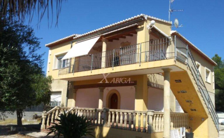 Exterior de una casa con vivienda de invitados en venta con Xabiga Inmobiliaria