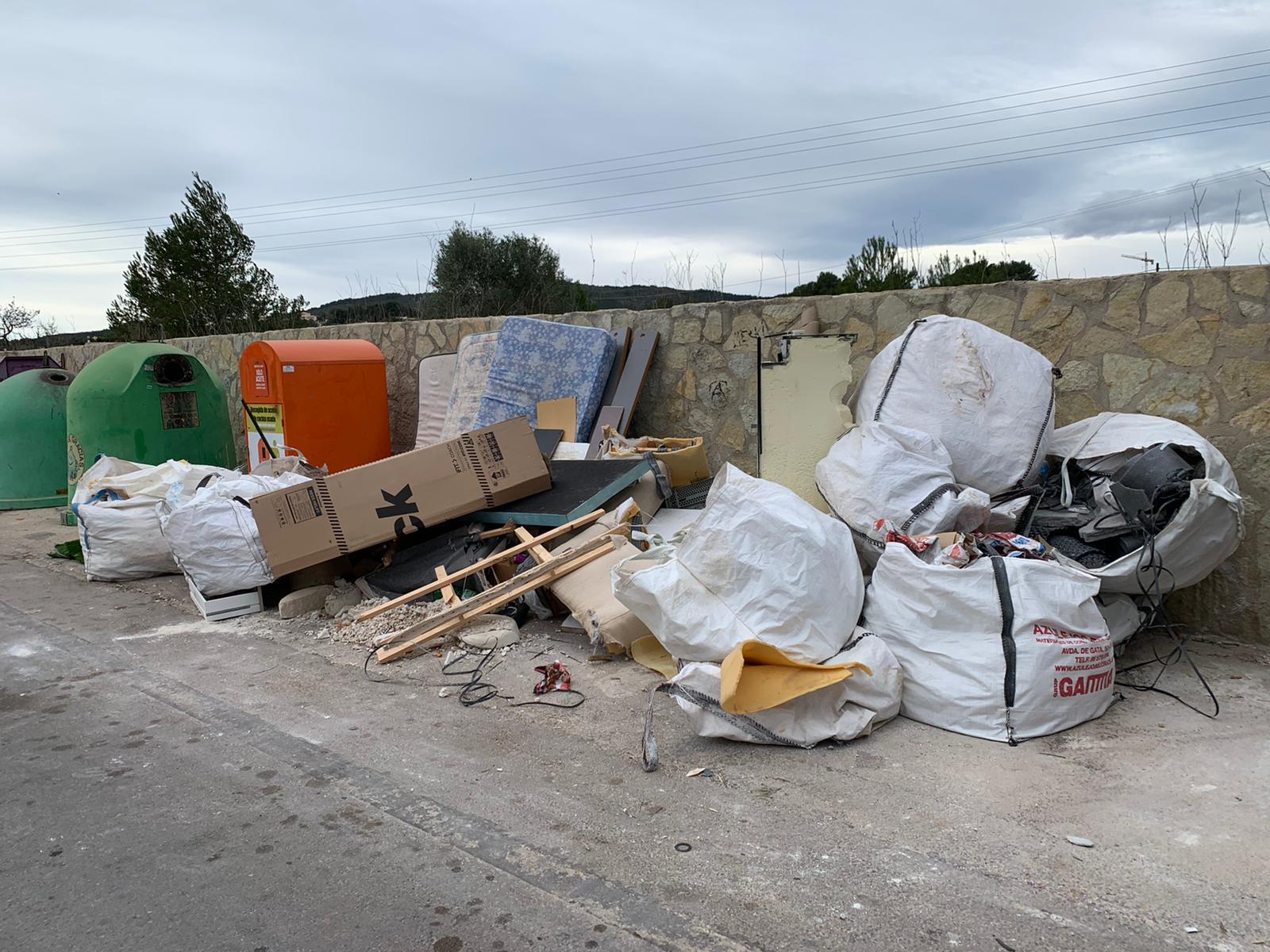 Gran cantidad de desperdicios en una zona de contenedores de Xàbia