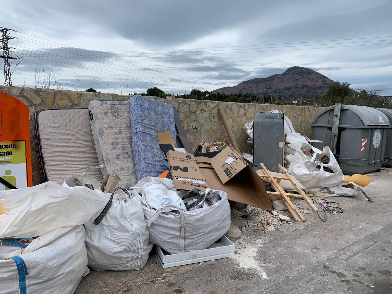Montones de desechos en los contenedores de Xàbia