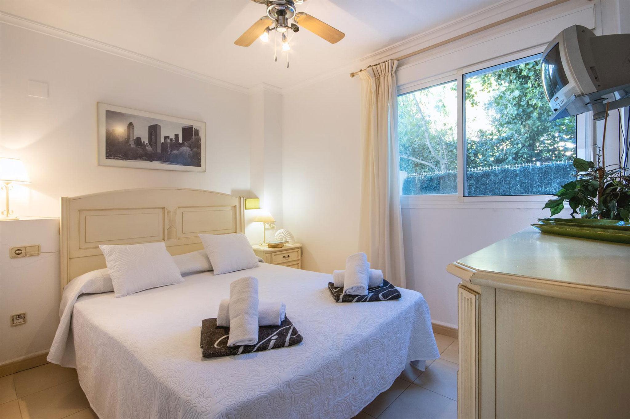 Dormitorio principal de un apartamento de alquiler en Jávea – Aguila Rent a Villa