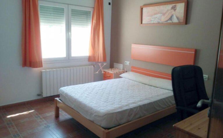 Una de las habitaciones de una casa con vivienda de invitados en venta con Xabiga Inmobiliaria