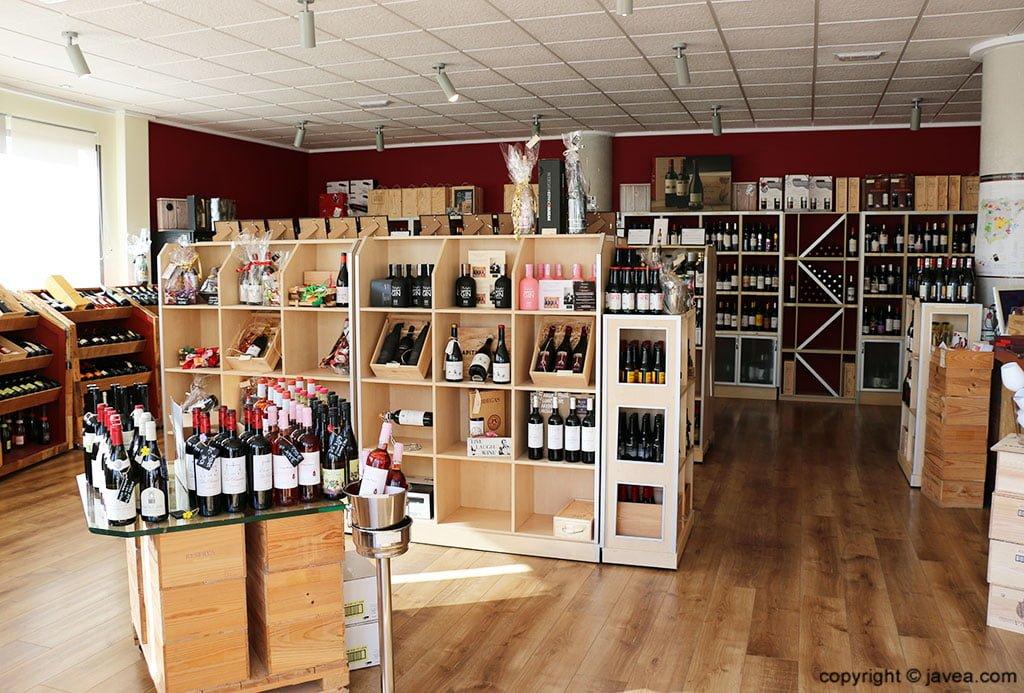 Interior de la tienda Casa del Vino de Xàbia