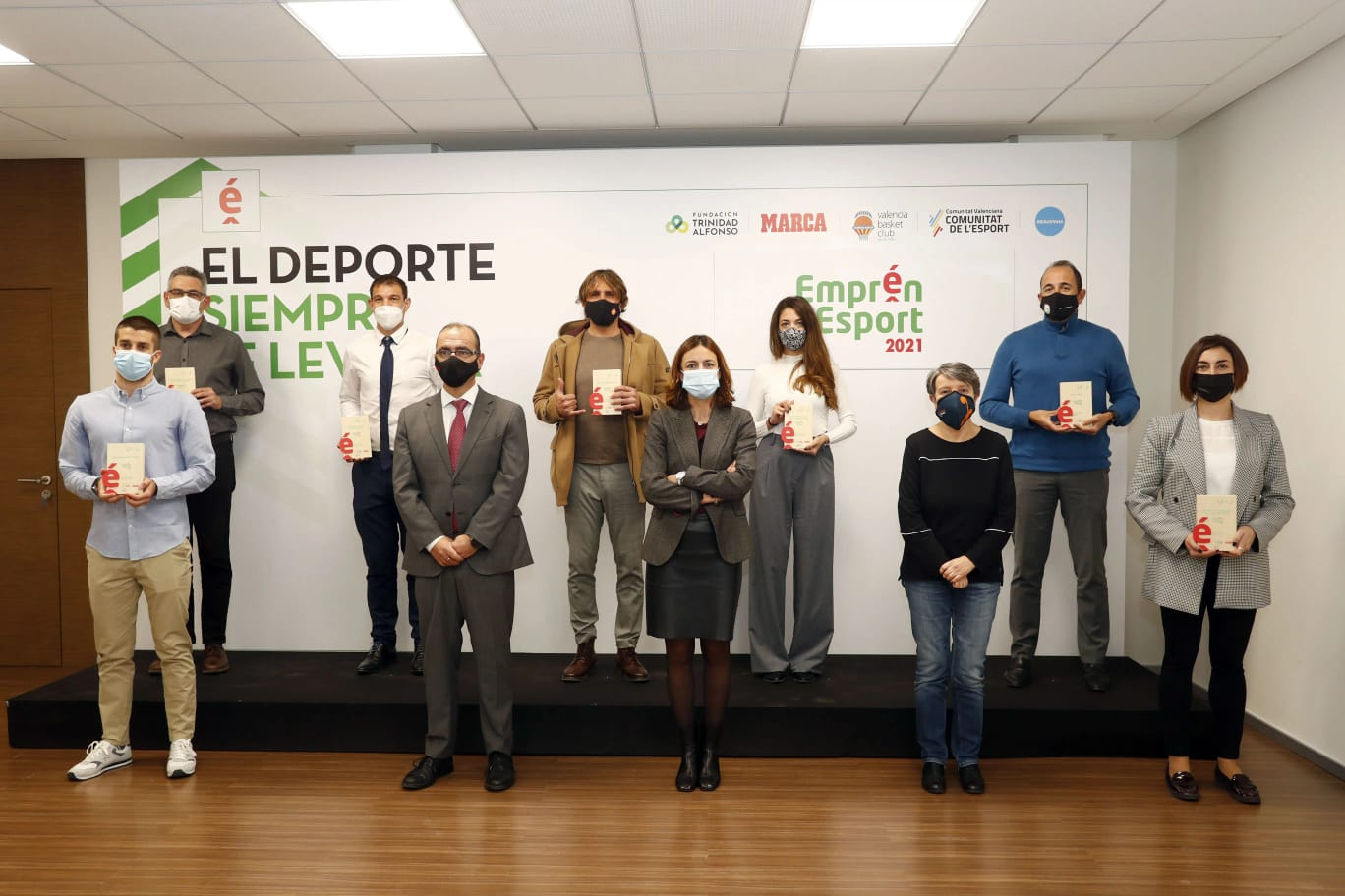 Los galardonados en la recogida del premio