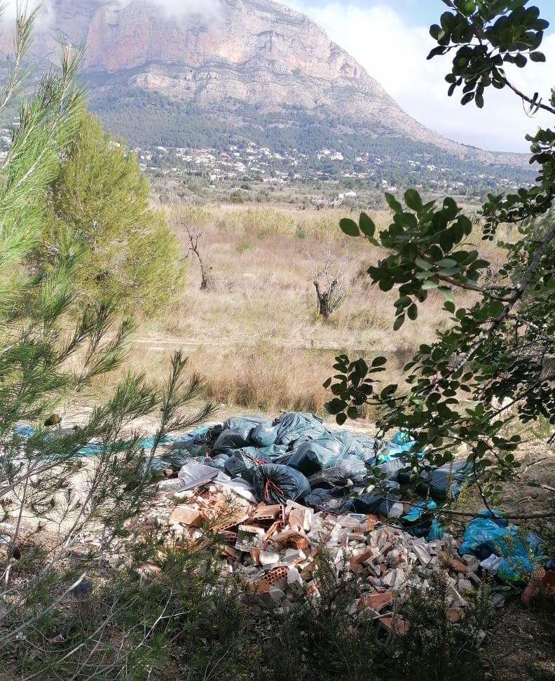 Montaña de escombros en la parcela de la partida Julians