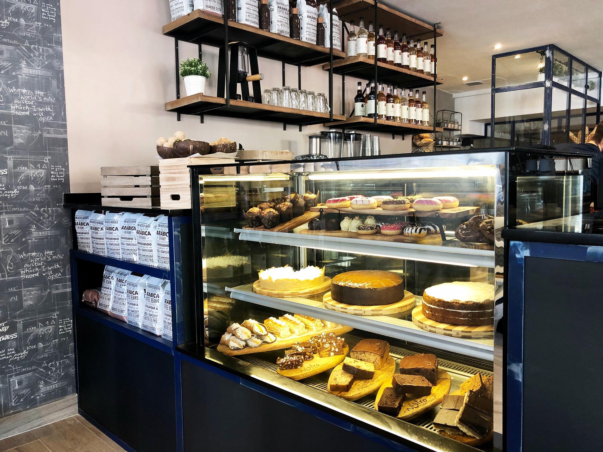Vitrina de pastelería en Nostro Café Costa