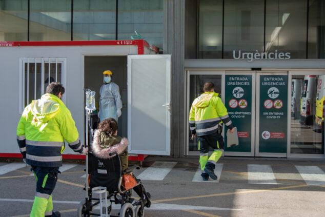 Imagen: Personal sanitario en la entrada a Urgencias del Hospital